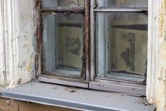 La fenêtre de la maison pauvre photographie stock libre de droits