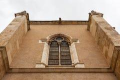 La fenêtre en verre teinté élégante dans le bâtiment a attaché à San I Image libre de droits