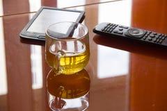 La fen?tre est refl?t?e dans une table orange en verre il y a des articles sur la table photo stock
