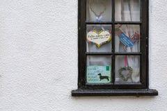 La fenêtre mignonne de noir de cottage avec décoratif se connecte le blanc peint Photo libre de droits