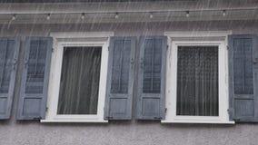 La fenêtre shutters à la maison sous la pluie banque de vidéos