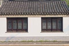 La fenêtre traditionnelle, le toit et le mur en béton du bâtiment chinois antique en Chine Images stock