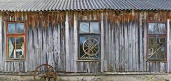 La fenêtre trois du vieux hangar ruiné de village dans lequel l'agriculteur l'agriculteur maintient ses outils agricoles photographie stock