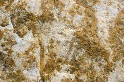 La fenditura di calcite bianca con le vene e il fil giallo della limonite Fotografia Stock Libera da Diritti