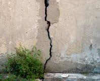 La fenditura nel vecchio muro di cemento Immagine Stock