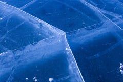 La fente raye le réseau sur la surface congelée épaisse du lac Baikal, Russie photo stock