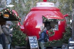La feria de diversión tradicional de Hyde Park Winter Wonderland con la comida y la bebida atasca, los carruseles, premios a los  Imagenes de archivo