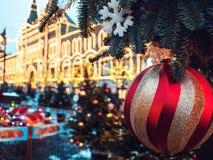 La feria del Año Nuevo en cuadrado rojo en Moscú Decoración festiva Decoración de la Navidad fotos de archivo