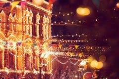 La feria del Año Nuevo en cuadrado rojo en Moscú Decoración festiva Decoración de la Navidad imagen de archivo