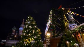 La feria rusa tradicional del Año Nuevo en el cuadrado rojo, el Kremlin, St Basil Church metrajes