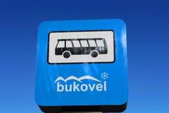 La fermata dell'autobus firma dentro la località di soggiorno di Bukovel in Ucraina Fotografie Stock Libere da Diritti