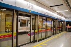 La fermata della metropolitana alla stazione della metropolitana Immagini Stock Libere da Diritti
