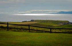 La ferme de moutons regarde au-dessus de la mer d'Irlande photographie stock