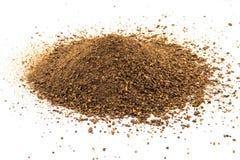 La fermentazione schiacciata dei grani del malto idolated su fondo bianco Fotografia Stock