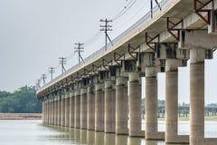 La ferrovia alla diga del sak di PA esegue asciutto Fotografia Stock