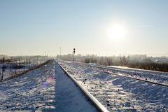 La ferrovia del gelo sotto il sole di mezzogiorno fotografie stock libere da diritti