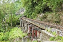 La ferrovia di morte della Tailandia-Birmania segue le inclinazioni del fiume Kwai, Kanchanaburi, Tailandia Fotografia Stock