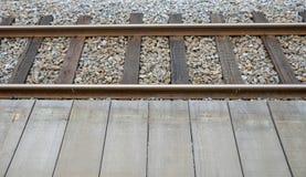 La ferrovia e la piattaforma di legno Fotografie Stock