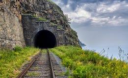 La ferrovia ed il tunnel incurvano al bordo del lago Baikal Fotografie Stock