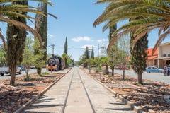 La ferrovia funziona giù il centro della strada principale di Fauresmith Immagine Stock