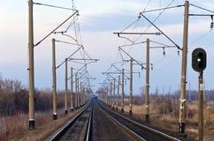 La ferrovia in steppe, un treno Immagini Stock