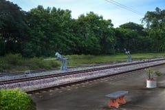 La ferrovia vicino alla stazione ferroviaria Fotografie Stock Libere da Diritti