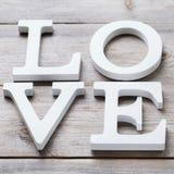 La festa del giorno di biglietti di S. Valentino segna il messaggio di testo con lettere per amare il fondo della carta Fotografia Stock