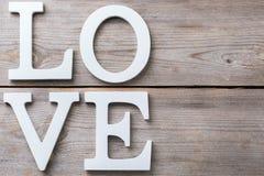 La festa del giorno di biglietti di S. Valentino segna il messaggio di testo con lettere per amare il fondo della carta Fotografie Stock