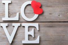 La festa del giorno di biglietti di S. Valentino segna il messaggio di testo con lettere per amare il fondo della carta Immagine Stock Libera da Diritti