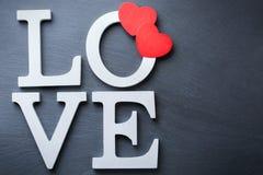La festa del giorno di biglietti di S. Valentino segna il messaggio di testo con lettere per amare il fondo della carta Fotografie Stock Libere da Diritti