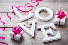 La festa del giorno di biglietti di S. Valentino segna il messaggio di testo con lettere per amare il fondo della carta Fotografia Stock Libera da Diritti