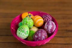 La festa di Pasqua dipinta eggs la merce nel carrello, primo piano Fotografia Stock Libera da Diritti