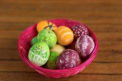 La festa di Pasqua dipinta eggs la merce nel carrello, primo piano Fotografie Stock