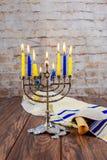 La festa ebrea Tallit che accende Chanukah esamina in controluce la celebrazione Fotografie Stock