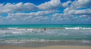 La festa Paradise ha abbandonato il mare del turchese della spiaggia, cielo blu, uomo chiama per nuotare immagini stock libere da diritti