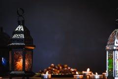 La festività musulmana del mese santo di Ramadan Kareem Bello fondo con una lanterna brillante Fanus fotografie stock