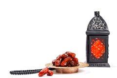La festività musulmana del mese santo di Ramadan Kareem Bello fondo con una lanterna brillante Fanus ed i datteri secchi su bianc immagini stock libere da diritti