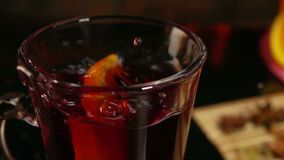 La fetta arancio cade in una bella tazza di vin brulé archivi video