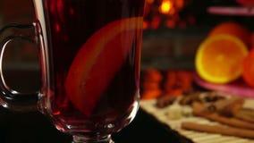 La fetta arancio cade in una bella tazza di vin brulé video d archivio