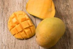 La fetta del mango ha tagliato ai cubi con il mango fresco sulla tavola di legno fotografie stock