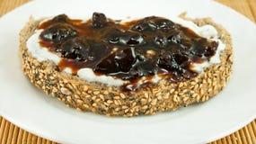 La fetta di pane con yogurt e l'amarena si inceppano, la prima colazione perfetta Fotografia Stock