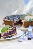 La fetta di torta di mirtillo con la menta è servito con il coltello ed il cucchiaio Fotografie Stock Libere da Diritti