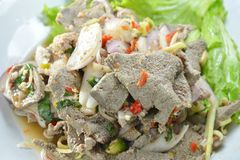La fetta piccante ha bollito l'insalata del fegato della carne di maiale con l'erba sul piatto Immagini Stock
