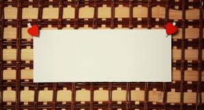La feuille blanche de notes d'amour de papier et le coeur forment Images libres de droits