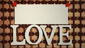 La feuille blanche de notes d'amour de papier et le coeur forment Images stock