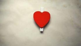 La feuille blanche de notes d'amour de papier et le coeur forment Photographie stock libre de droits