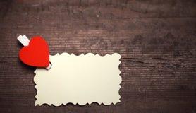 La feuille blanche de notes d'amour de papier et le coeur forment Photos libres de droits