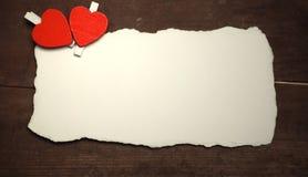 La feuille blanche de notes d'amour de papier et le coeur forment Photo libre de droits