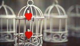 La feuille blanche de notes d'amour de papier et le coeur forment Photographie stock