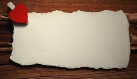 La feuille blanche de notes d'amour de papier et le coeur forment Image stock